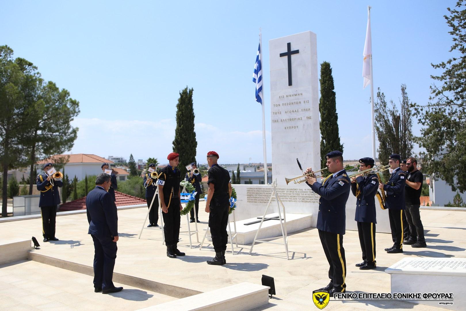 Κατάθεση στεφάνων στον Τύμβο της Μακεδονίτισσας.